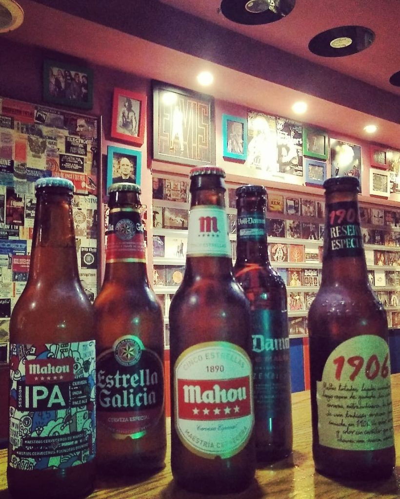 Cervezas y sesiones musicales cósmicas en Underground